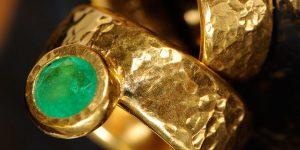 Handgeschmiedeter Unikat Ring | Individueller Ehering | Feingold und Smaragd | Anina Caracas Düsseldorf