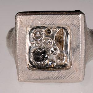 Handgeschmiedeter Ring mit einem Siegel aus Diamanten | Unikat Schmuck aus Düsseldorf | Anina Caracas