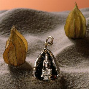 Unikat Ketten Anhänger | Buddha in einer Physalis | Silber, Gold und Granat | Anina Caracas Düsseldorf