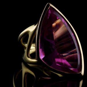 Unikat Schmuck | Handgeschmiedeter Ring Purple Sailor | Syntetischer Rubin und Gold | Autorenschmuck aus Düsseldorf |Anina Caracas