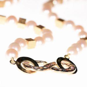 Unikat Schmuck aus Düsseldorf | Perlenkette aus weißen Südseeperlen | Südseeperlen, Gold, Saphire