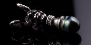 Unikat Schmuck aus Düsseldorf | Kettenhänger aus schwarzer Tahiti Perle mit Diamanten | Silber