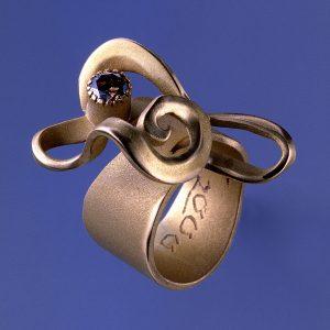 Verschlungener Unikat Ring Onda   Gold und Diamant in Champagner Farbe   Anina Caracas Düsseldorf